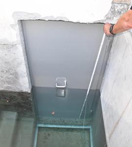 Test d'étanchéité en cours : la porte AquaLOCK supporte un niveau d'eau de 3 m, soit 1 m au dessus du jambage supérieur